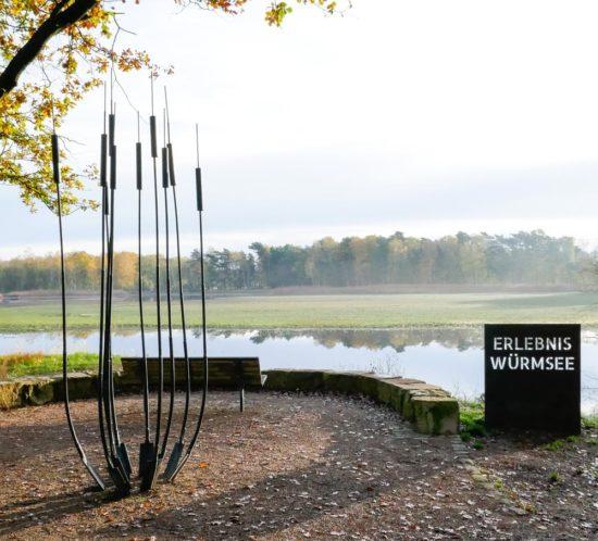 Stahlschild und Rohrkolben aus Stahl als Eingang zum Erlebnis Würmsee